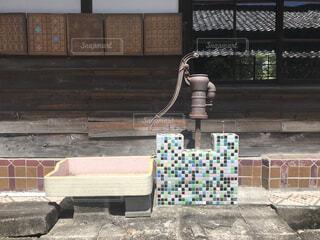 建物の前のベンチの写真・画像素材[3973414]