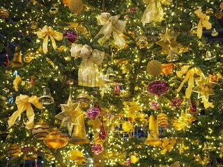 クリスマスツリーの隣のテーブルの上に花の花瓶の写真・画像素材[3983099]