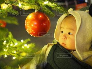 赤ちゃんを抱いている人の写真・画像素材[3983101]