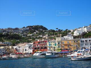 背景に都市がある水域の小さなボートの写真・画像素材[4060261]