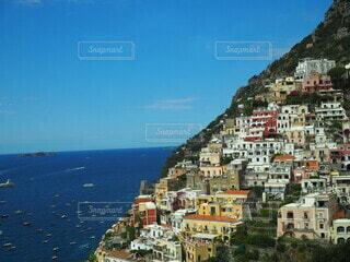 背景に都市がある大きな水域の写真・画像素材[4060268]