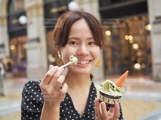 レストランで食べ物を食べる女性の写真・画像素材[4104397]