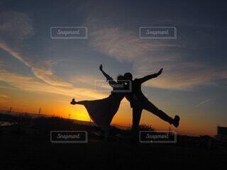 日没の前で馬に乗っている人の写真・画像素材[4122397]