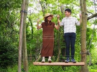 木の前に立っている人の写真・画像素材[4122506]
