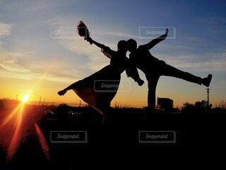 背景に夕日のある人の写真・画像素材[4127935]