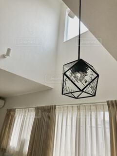 天井からぶら下がっている時計の写真・画像素材[4355161]