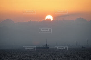 夕陽と船の写真・画像素材[3849002]
