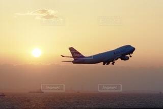 夕陽と飛行機の写真・画像素材[3849000]