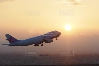 夕陽と飛行機の写真・画像素材[3849001]