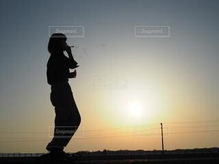 シャボン玉と夕陽の写真・画像素材[3852485]