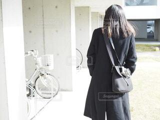 部屋に立っている人の写真・画像素材[3853250]