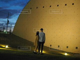 通りに立っている男の写真・画像素材[3905867]