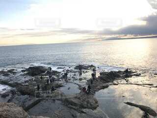 海の隣の岩場の写真・画像素材[3855487]