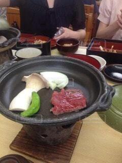 食べ物をテーブルの上で調理する人の写真・画像素材[3858660]