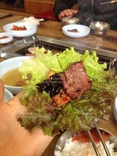食べ物の皿をテーブルの上に置くの写真・画像素材[3862404]