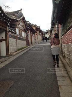 通りを歩いている人の写真・画像素材[3874073]