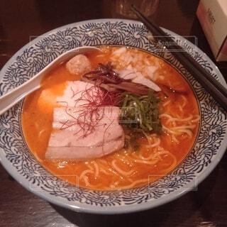 皿の上に食べ物のボウルの写真・画像素材[3919188]