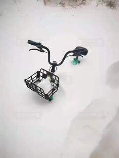 雪に埋めらた自転車の写真・画像素材[3921133]