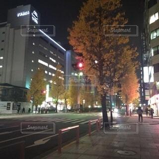 夜の交通で満たされた街の通りの写真・画像素材[3972035]