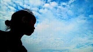 空を見つめる私の写真・画像素材[3853869]