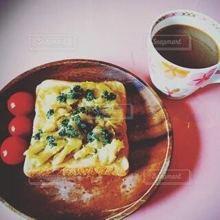 食パンアレンジとコーヒーの写真・画像素材[3854117]