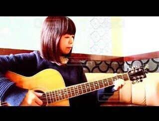 ギターを弾く私の写真・画像素材[3871150]
