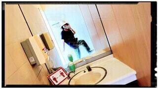 トイレの鏡でウォーキングポーズの写真・画像素材[3873848]