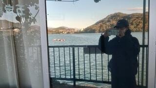 湖近くのガラス戸に映る私の写真・画像素材[3874055]