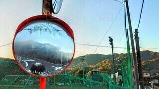 山奥のミラーに映る私の写真・画像素材[3874169]