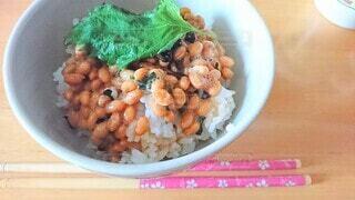 納豆ご飯に大葉を添えての写真・画像素材[3878327]