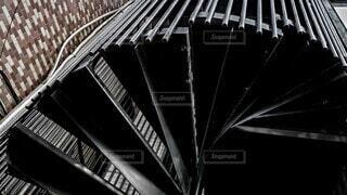 下から撮った螺旋階段の写真・画像素材[3912227]