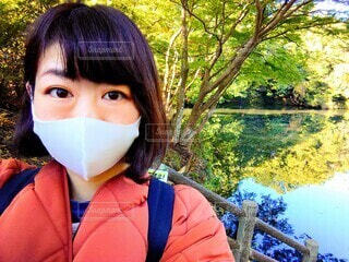 湖の前でマスクをつけた私の写真・画像素材[3958661]