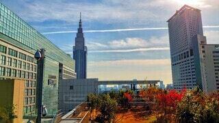 色んなビルが見える屋上からの眺めとひこうき雲の写真・画像素材[3982993]
