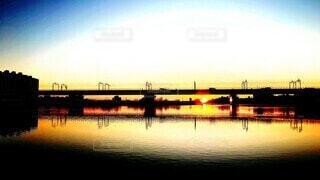 川に架かる鉄道橋と朝日の写真・画像素材[3999894]