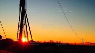 工事中の柱の間から見える初日の出の写真・画像素材[4050189]