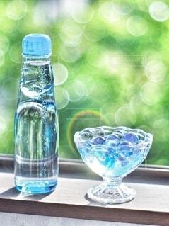 テーブルの上に水のボトルの写真・画像素材[4677785]