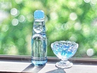 風景,夏,緑,透明,水面,小物,ガラス,液体,食器,ボトル,窓際,ドリンク,玉ボケ,サマー,ラムネ,風物詩,真夏,アイテム,ソフトド リンク