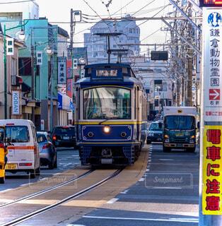 交通量の多い道路を走る路面電車の写真・画像素材[3863968]