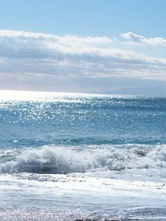 明るく光輝く海 波 雲の写真・画像素材[3863973]
