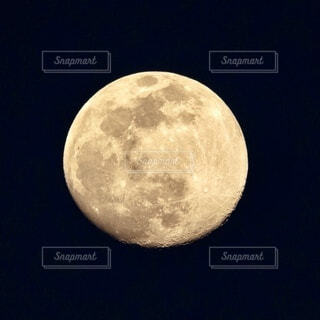 月のクレーターの写真・画像素材[3864723]