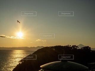 江の島に沈む夕陽と富士山の写真・画像素材[3864743]