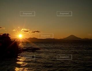 江の島の夕陽と富士山の写真・画像素材[3864850]