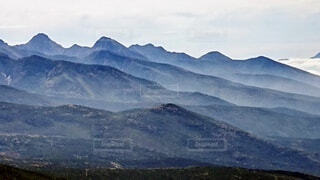 背景に広い眺めのある山々の写真・画像素材[3864936]