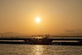 江の島の夕陽と船の写真・画像素材[3875008]