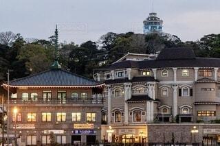 江の島のシーキャンドルと洋館風の建物の写真・画像素材[3902511]