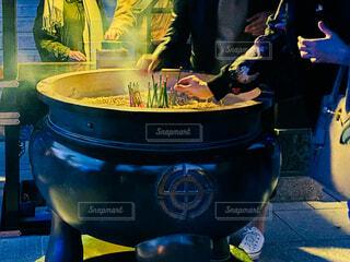 常香炉に線香をさして煙でで清める人々の写真・画像素材[3917612]