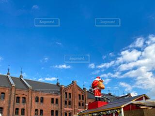 大きな煉瓦造りの建物とサンタの写真・画像素材[3995046]