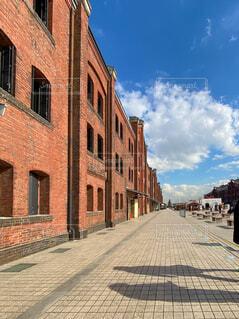 大きな煉瓦造りの建物と影の写真・画像素材[4005294]