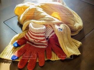 光をまとったマフラーと手袋の写真・画像素材[4081364]