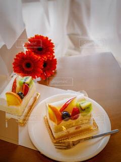 食べ物,花,ケーキ,綺麗,カーテン,デザート,フォーク,テーブル,皿,美味しい,フルーツケーキ,テイクアウト,ガーベラ,デリバリー,お持ち帰り